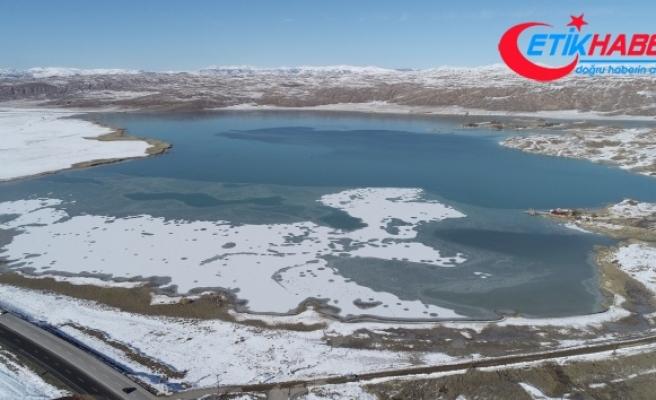Sivas'ın en büyük gölü kısmen dondu