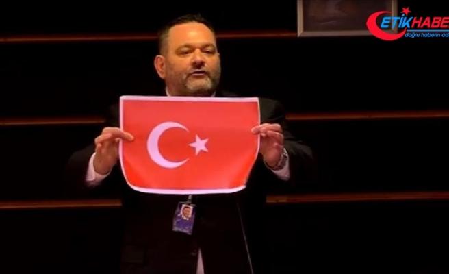 Türk bayrağını yırtan Yunan milletvekili ve Hakan Fidan'ı hedef gösteren İsrailli hakkında suç duyurusu