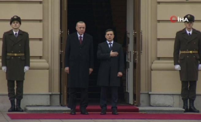 Cumhurbaşkanı Erdoğan, Kiev'de resmi törenle karşılandı