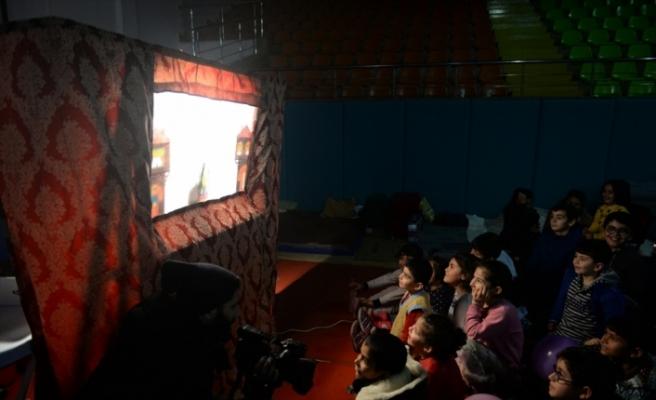 Depremzede çocukların yüzünü Karagöz ve Hacivat güldürdü