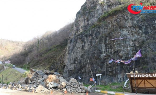 Giresun'da heyelan sonucu kaya parçaları yolu kapattı