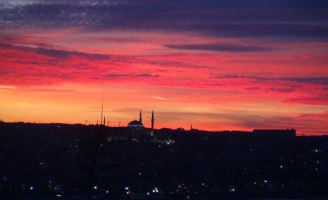 İstanbul'da gün batımı kartpostallık görüntü oluşturdu