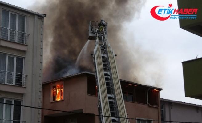 Sancaktepe'de binanın çatı katı alevlere teslim oldu