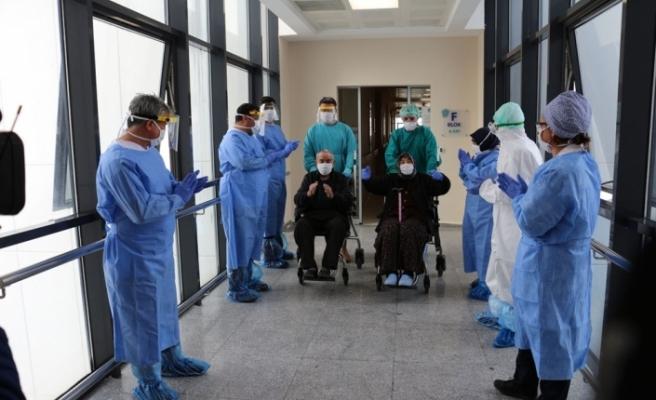 79 yaşındaki karı koca korona virüsü yendi