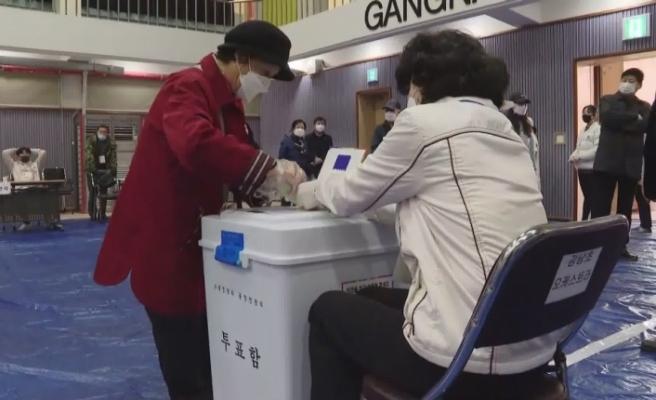 Güney Kore'de Moon büyük farkla seçimi kazandı