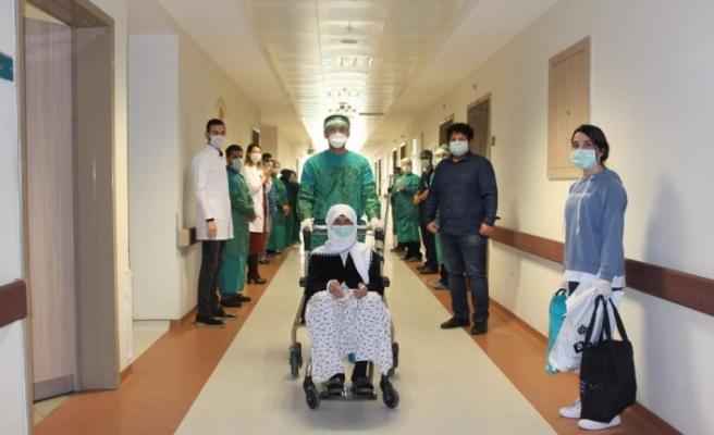 Korona virüsü yenen 75 yaş üstü 3 hasta alkışlarla taburcu oldu