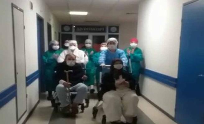 Korona virüsü yenen 80 ve 81 yaşındaki çift taburcu edildi