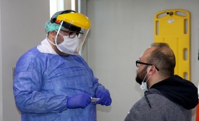 Koronavirüsü yenen doktor alkışlarla görevine döndü