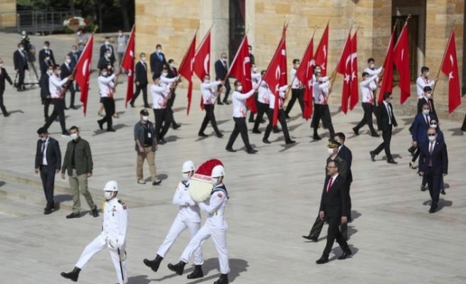 Bakan Kasapoğlu, Anıtkabir'de düzenlenen törene katıldı