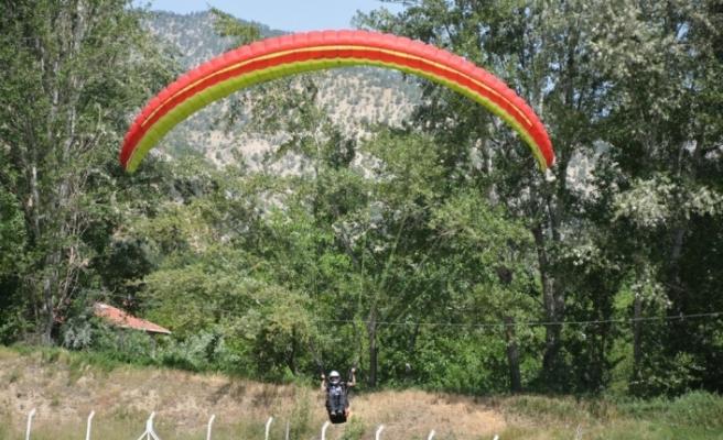 19 Mayıs kutlamalarında gökyüzünü yamaç paraşütçüleri kapladı