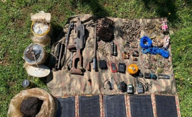 Batman kırsalında PKK'lı teröristlere ait silah, mühimmat ve yaşam malzemesi ele geçirildi