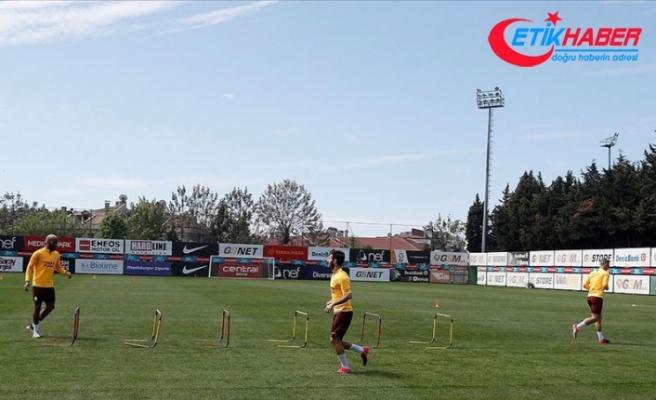 Galatasaraylı futbolcular sosyal mesafe ve hijyen kurallarına uyarak çalışıyor