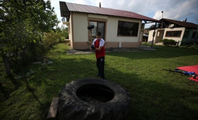İşitme engelli genç güreşçi, şampiyonalara evinin bahçesinde hazırlanıyor