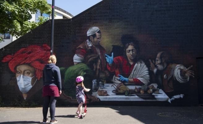 Londra'da duvara çizilen resme maske ve eldiven takviyesi