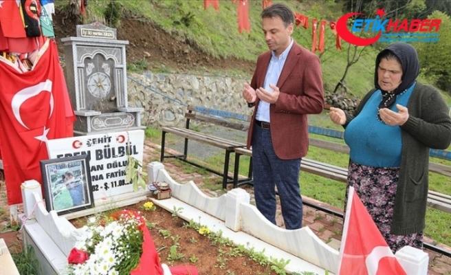 Şehit Eren Bülbül'ün annesi, hediye çiçeklerini oğlunun kabrine götürdü