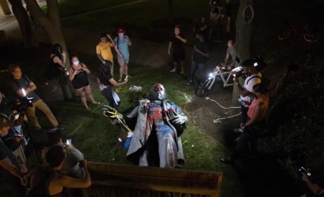 ABD'de göstericiler bir heykeli daha yıktı