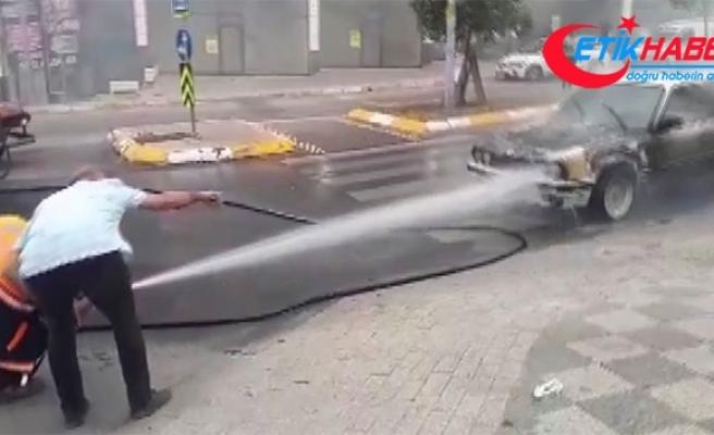 Alev alev yanan aracı belediye temizlik ekipleri söndürdü