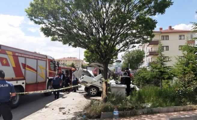 Ankara'da otomobil otobüs durağına daldı: 1 ölü, 1 yaralı