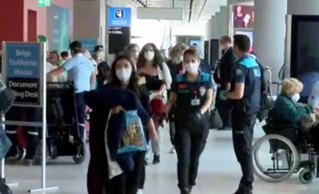 Los Angeles'ta bulunan 332 Türk vatandaşı tahliye uçağıyla İstanbul'a geldi