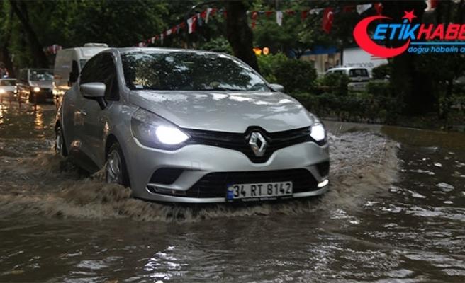 Sağanak yağışın vurduğu Kocaeli'de caddeleri su bastı