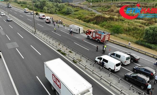 TEM'de işçi servisi midibüsü devrildi: 10 yaralı