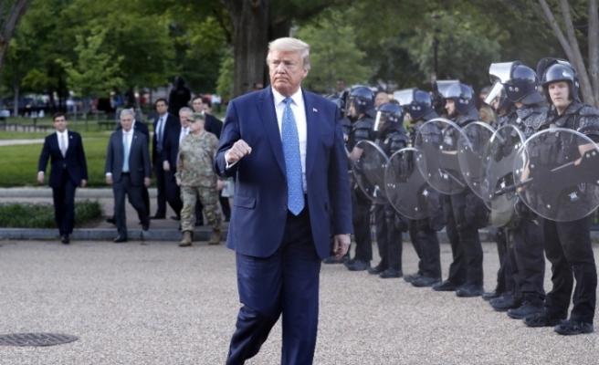 Trump protestoların ortasında Beyaz Saray'dan yürüyerek çıktı