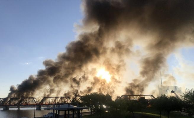 ABD'de raydan çıkan tren köprüde alev aldı