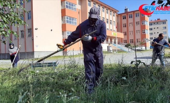 Ardahan'da öğretmenler tırpan ve tırmıkla okul bahçesindeki otları biçti