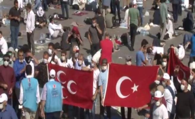 Ayasofya Camii'nin önünde vatandaşlar bayram coşkusu yaşıyor