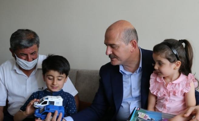 İçişleri Bakanı Soylu'dan, 15 Temmuz şehidi ikiz polislerin ailesine ziyaret