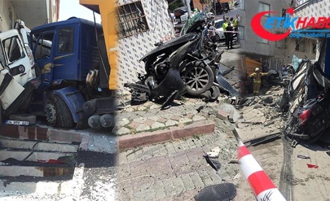 İstanbul'da dehşet veren kaza: Kamyon iki aracı biçip binanın duvarına vurarak durabildi