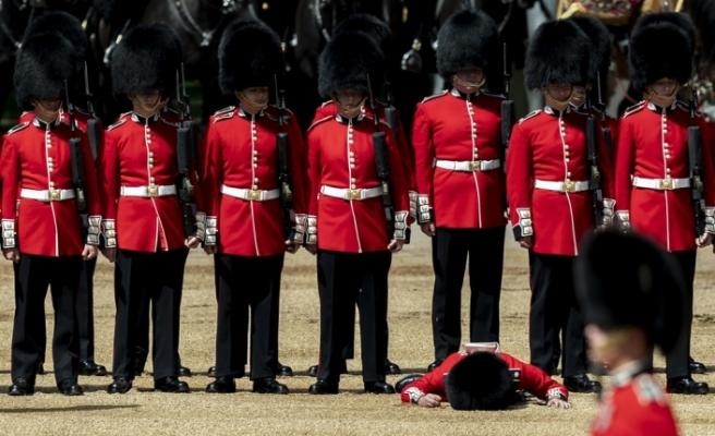 Korona virüs İngiltere'de kraliyet muhafızlarını da vurdu