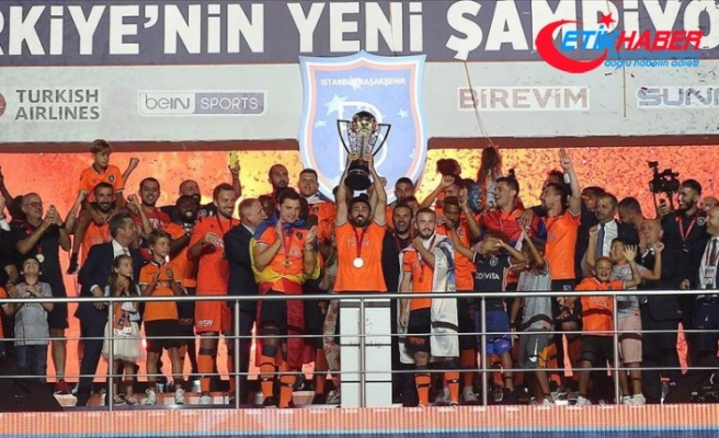 Medipol Başakşehir şampiyonluk kupasını kaldırdı