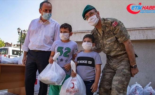 Türk askerinden Kosovalı çocuklara bayramlık giysi