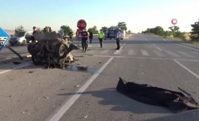 Yolcu otobüsüyle çarpışan otomobil ikiye bölündü: 1 ölü