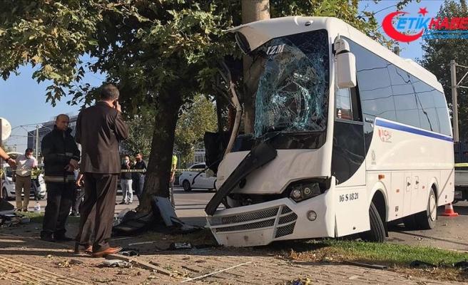 Bursa'da işçileri taşıyan servis aracı elektrik direğine çarptı: 2 ölü, 16 yaralı