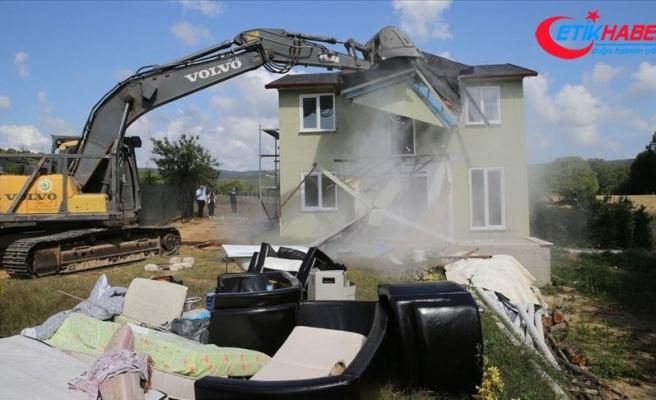 Çatalca'da kaçak yapılar belediye ekiplerince yıkıldı
