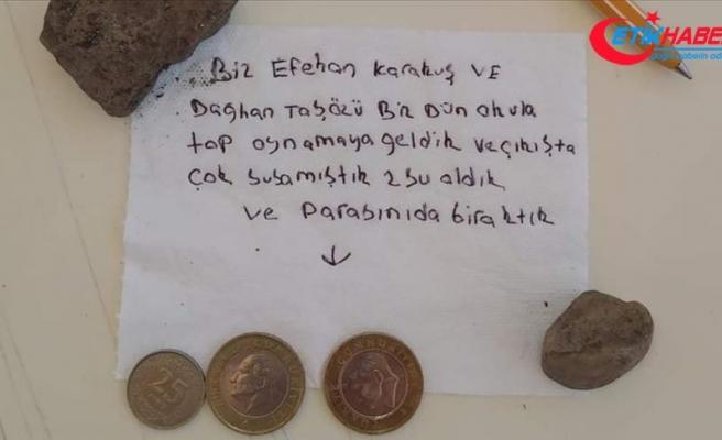 Çocuklar okul kantininde içtikleri suyun parasını not yazarak bıraktı