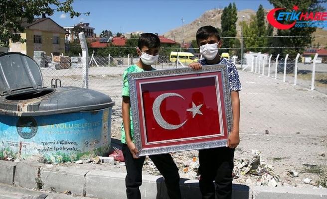 Çöpteki Türk bayraklarını temizleyip asan çocukların duyarlılığı duygulandırdı