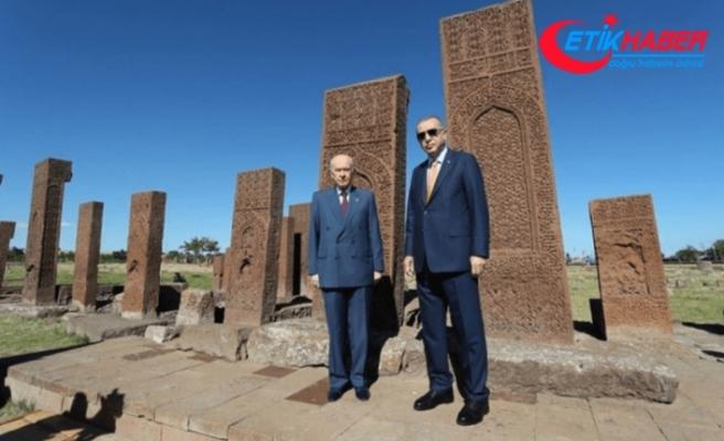 Cumhurbaşkanı Erdoğan ve MHP Lideri Bahçeli, Ahlat'taki Selçuklu Mezarlığını ziyaret etti