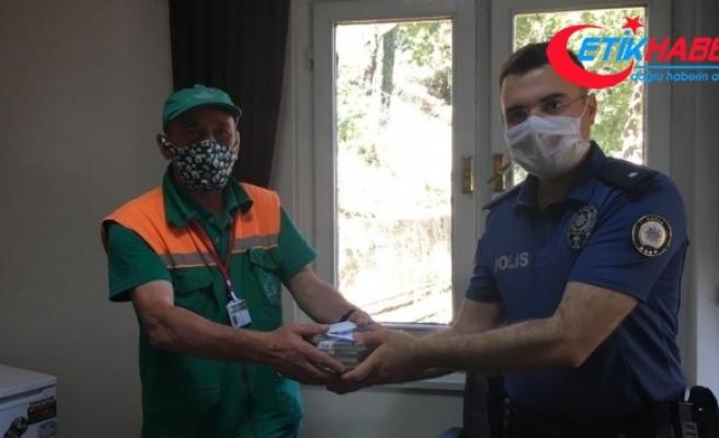 İnsanlık ölmemiş...Temizlik işçisi, çöpte bulduğu yüklü parayı polise teslim etti