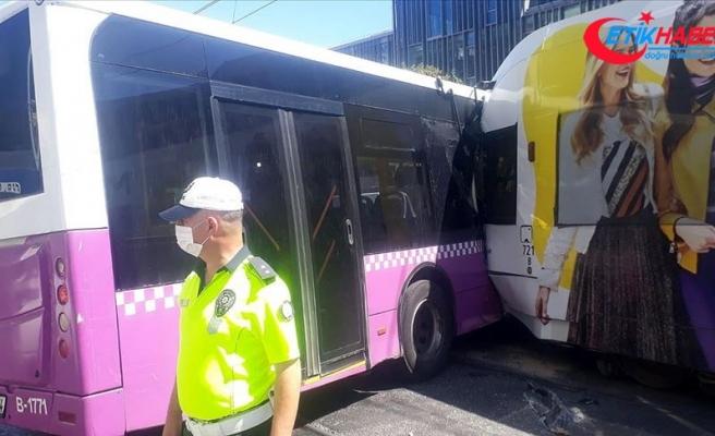 İstanbul'da tramvay halk otobüsüne çarptı