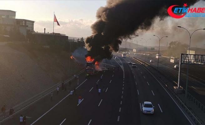 Kocaeli'de seyir halindeki yolcu otobüsü yandı