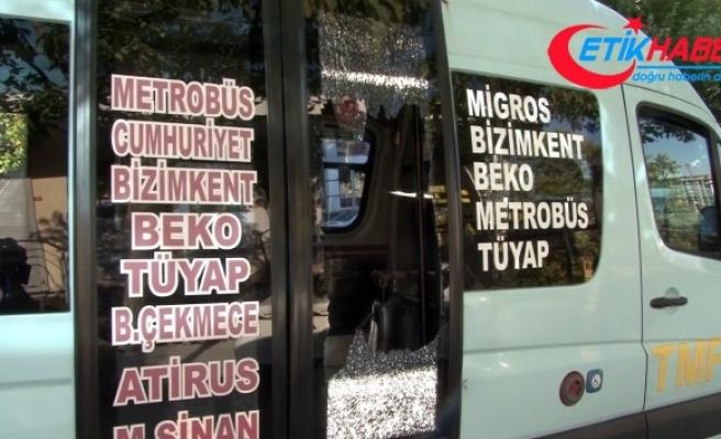 Minibüsten indirilen fazla yolcu yumruklayarak camı kırdı