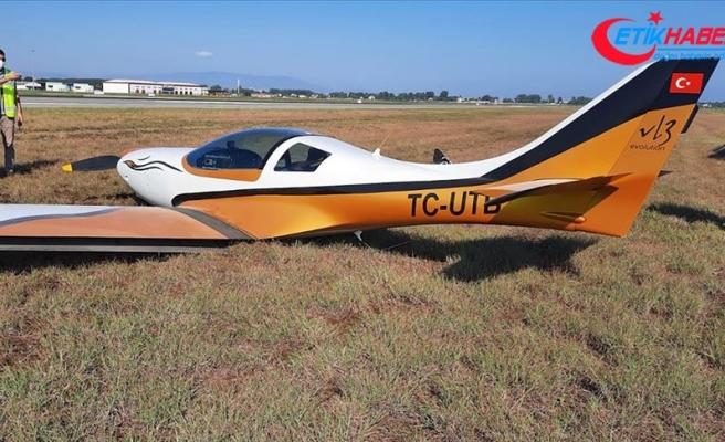 Samsun'da iniş takımları açılmayan eğitim uçağı havalimanındaki çim sahaya indi