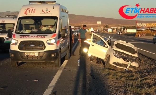 Ters şeride giren otomobil hafif ticari araçla çarpıştı: 6 yaralı