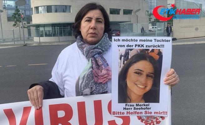 Almanya'da terör örgütü PKK tarafından kızı kaçırılan anne Başbakanlığın önünde eylem yaptı