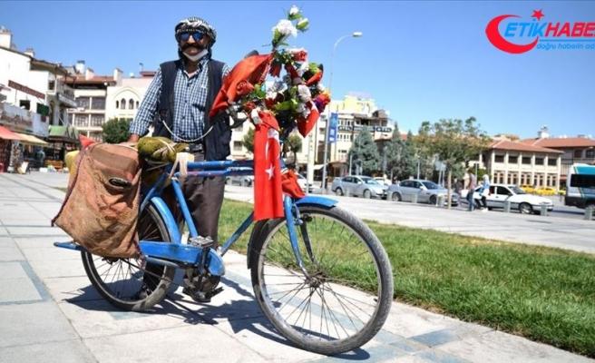 Bayrak ve çiçeklerle süslediği 'yol arkadaşı'nın 30 yıldır pedalını çeviriyor