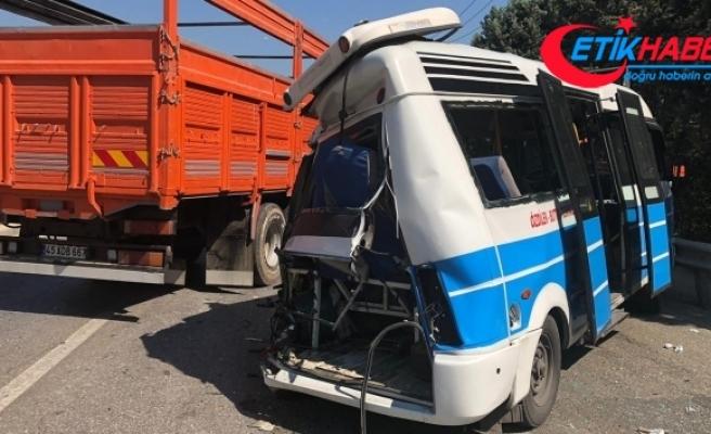 Bursa'da yolcu otobüsü, yolcu minibüsüne çarptı: 10 yaralı