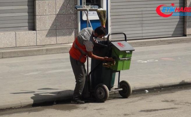 Çöp arabasını özenle temizleyen temizlik işçisi sosyal medyada ilgi odağı oldu